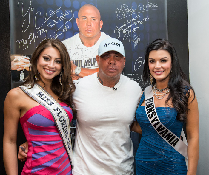 Steve Martorano poses with Miss USA Florida and Miss USA Pennsylvania